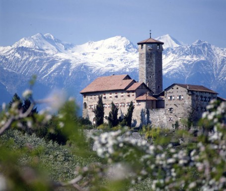 Vista di castel Valer tra i meli in fiore